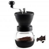 Ручная кофемолка размалывает бобы до желаемой текстуры